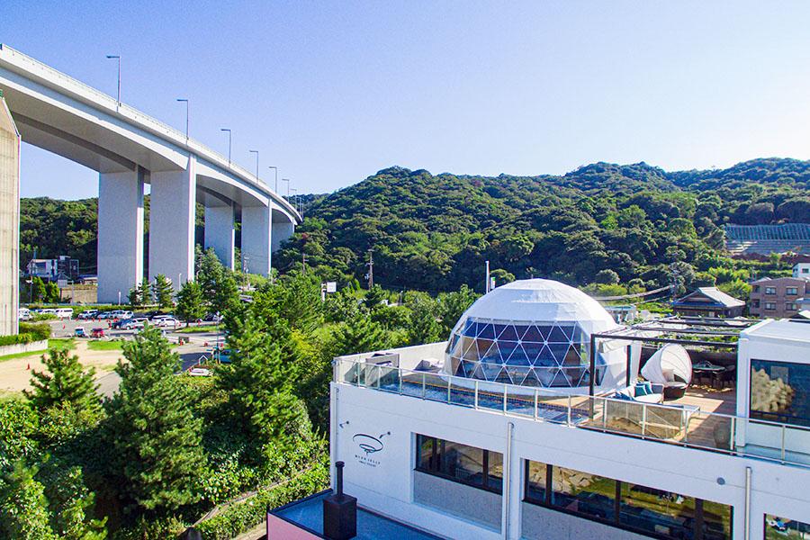 日本初ルーフトップ・ドーム型グランピング施設